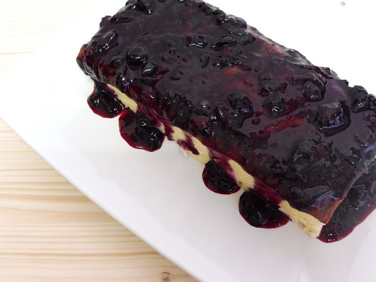 Cheesecake fácil con compota de arándanos casera