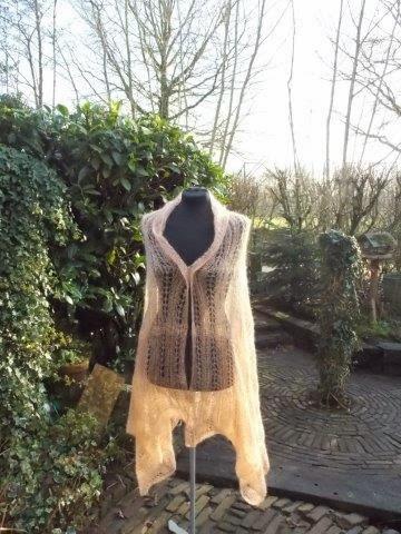 TE KOOP: zalmkleurige grote,licht oranje shawl met ietsje flonker( gouddraad)