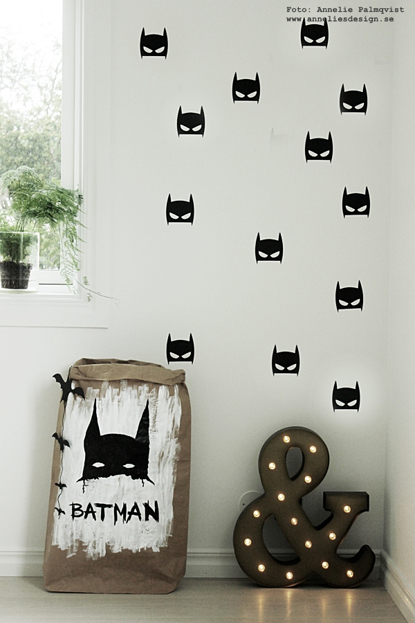 Batman, Batmanstickers, Batmandekaler, Batman väggstickers, vägg, klistermärken, bokstavlampa, bokstavslampor, förvaringspåse Batman, förvaringspåsar, inredning barnrum, inspiration, svart och vitt, svartvit, svartvita, på väggarna, blogg, bloggar, inredningsblogg, annelies design interior,