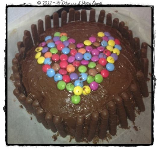 Dolcezze di nonna papera la mia chocolate cake con for Decorazione torte con smarties