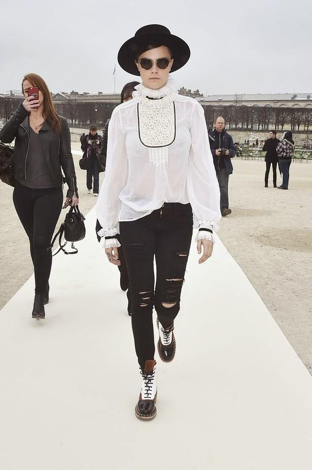 Cara Delavingne con blusa Chanel cuello alto y lazada II