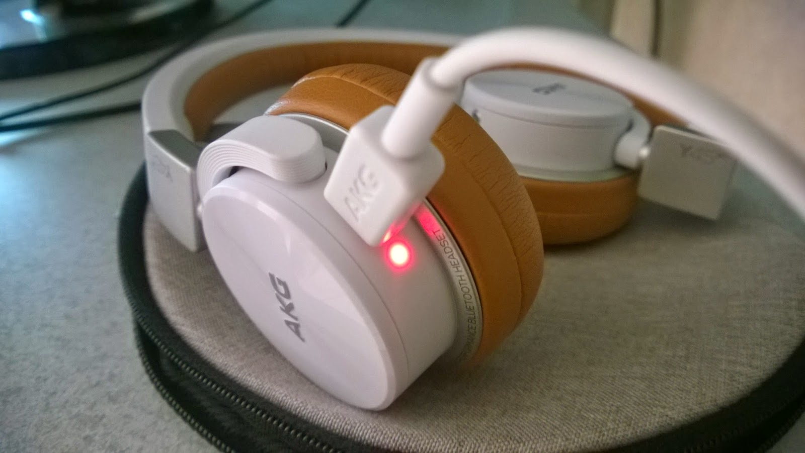 Lovaparusa Akg Y45bt Review Headphone Y50bt My Headsets First Charging Time Was About 1 Hour And 30 Minutes A Red Light Glows Up Telling Me That The Is In Progress When