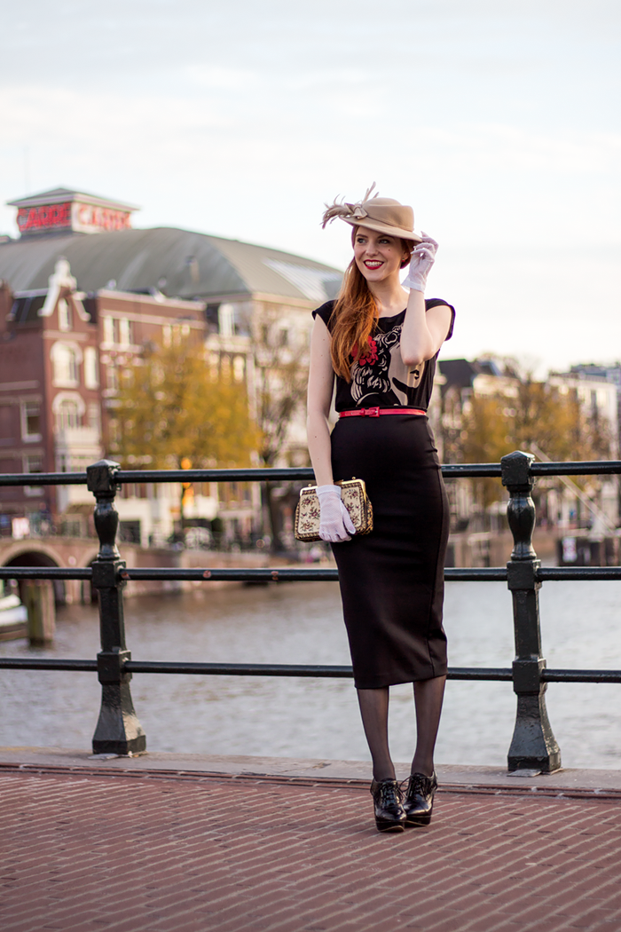 Fashion blogger Caro Emerald concert outfit with a vintage hat and gloves