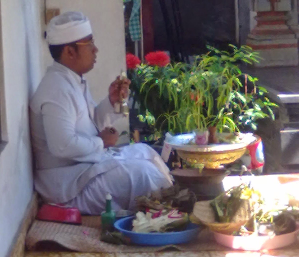 Jro Mangku muput banten