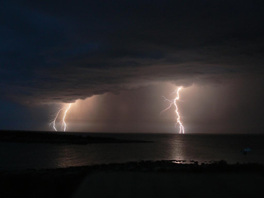http://1.bp.blogspot.com/-D-reMHmU-w8/Tzr5Dd2XR9I/AAAAAAAAGdk/ctpv28j8nXQ/s1600/two+bolts+of+lightning.jpg