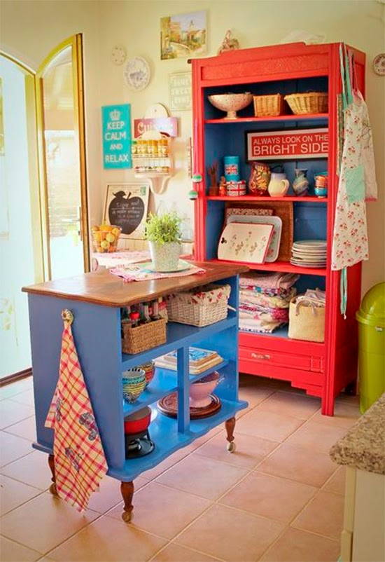 Ilha colorida na cozinha