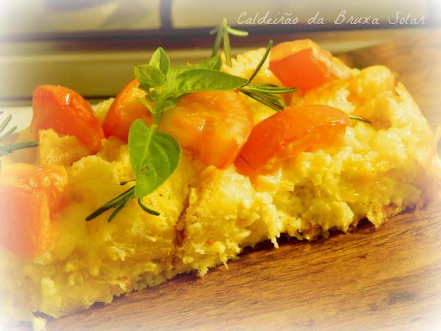 Bread pudding de queijos, tomate e manjericão