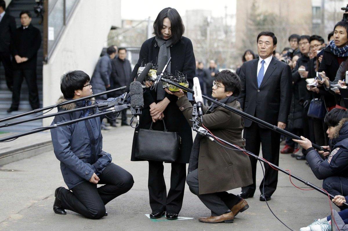 Heather Cho Hyun-ah de Korean Air responde a los periodistas a su llegada al juzgado por el incidente de la macadamia