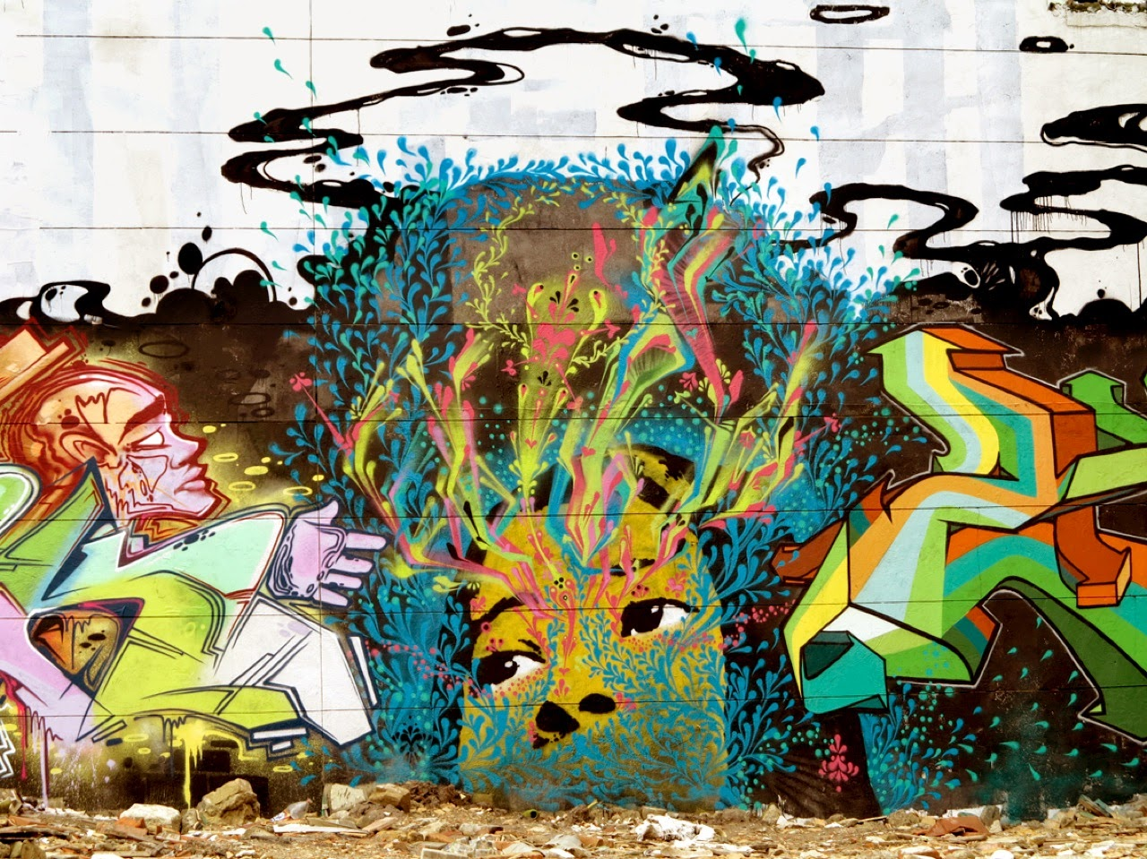 Last seen in Miami a few weeks ago (covered), Stinkfish is now back in Colombia where he worked on two new collaborations on the streets of Bogota.