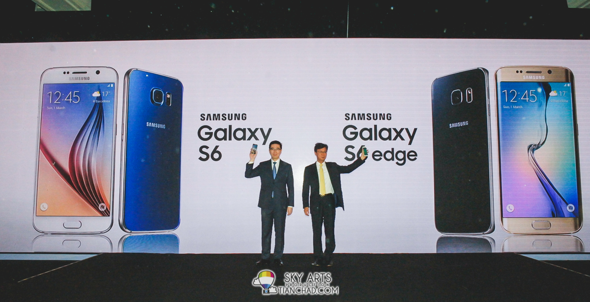 Lee Jui Siang (Vice President of Mobile, IT and Digital Imaging in Samsung Malaysia Electronics) and Lee Sang Hoon (President of Samsung Malaysia Electronics) showcasing the Samsung Galaxy S6 and Samsung Galaxy S6 edge