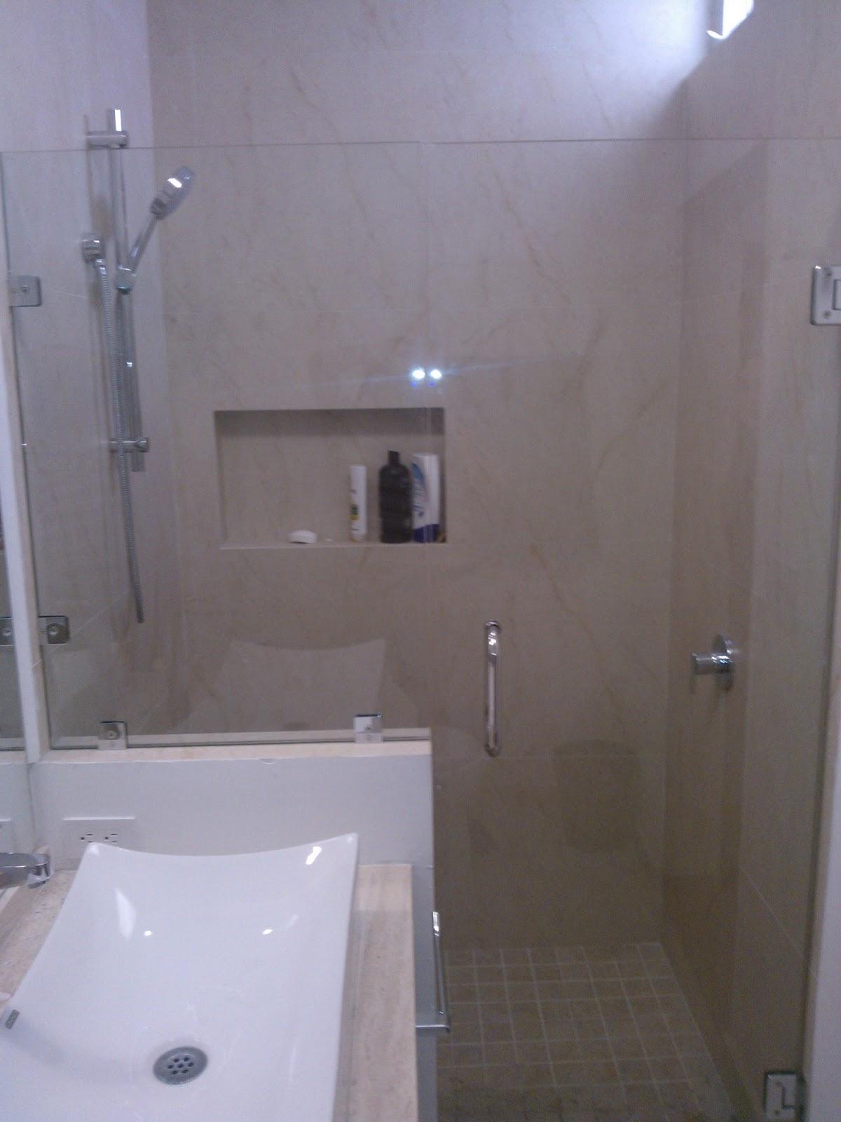 Puertas, ventanas de aluminio: Puerta de baño de cristal.