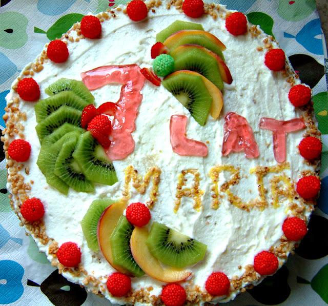 Tort urodzinowy mojej córeczki. Puszysty biszkopt, krem śmietanowy i owoce :)