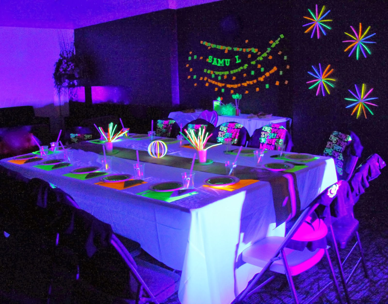 Threelittlebirds events neon glow in the dark birthday party - Decoration table pour invites ...