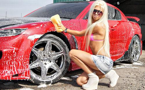 Chica hermosa lavando su auto - Babe car washing