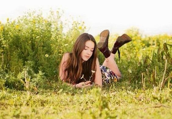 Angie Vazquez recostada sensualmente en el campo con vestido corto | Ximinia