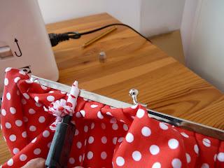Acople del bolso de tela al cierre metálico