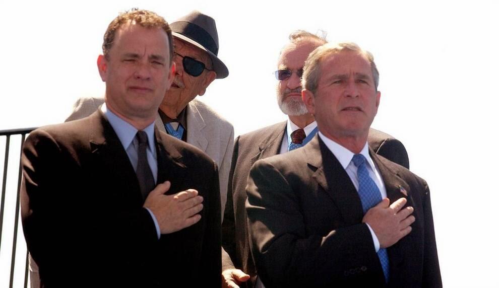 Том Хэнкс и президент США на тот момент Джордж Буш, посвященного жертвам Второй Мировой Войны