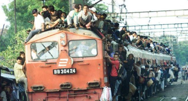 pasang Bebola di atas landasan keretapi untuk hentikan penunggang bumbung