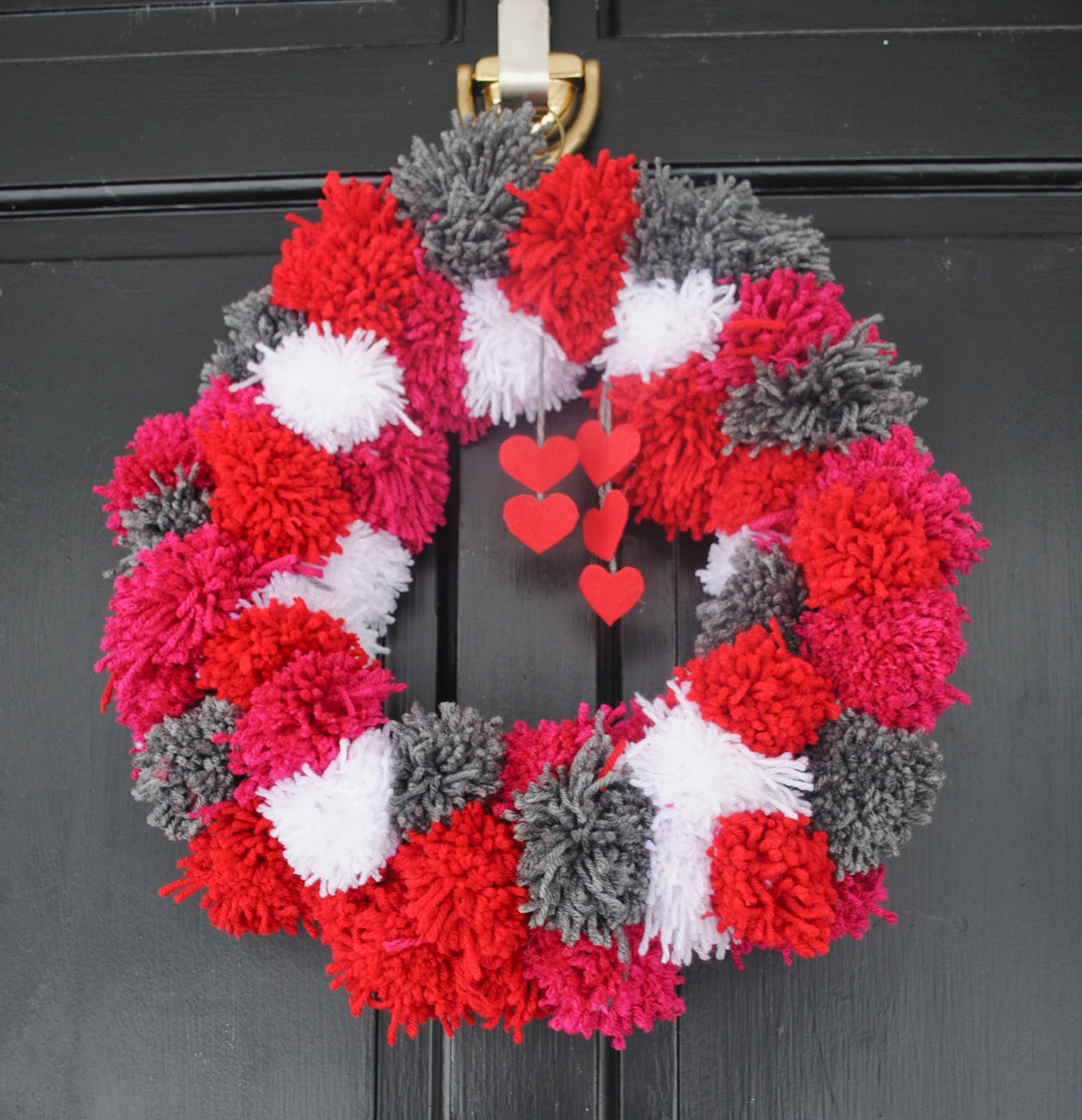 two it yourself diy pom pom yarn wreath on a wire hanger. Black Bedroom Furniture Sets. Home Design Ideas