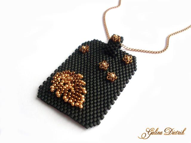 Кулон из бисера Черное панно с золотом. Бронзовый листик. Цветы.