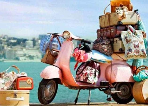 vespa llena de maletas para vacaciones