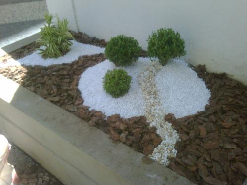 venda de seixos para jardim: jardim diferente, ao invés de grama, seixos ou pedras, e vasos de