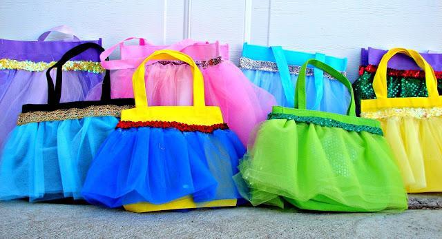 El bolso amarillo con azul para Blancanieves, el verde para Campanita