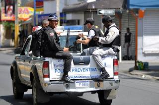 Policía amarga la fiesta a colmadones Parque Policarpio Mora en SFM