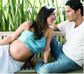 Claudia Lizaldi embarazada y junto al padre de su hijo