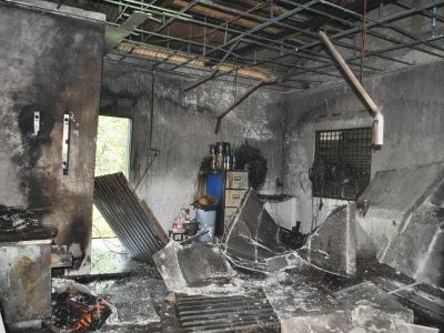 Keadaan bengkel besi di Jalan Pantai yang terbakar