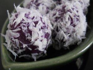 Bahan utama dari camilan manis klepon ini dapat dari ubi maupun tepung ketan Cara Membuat Kue Klepon Ubi Ungu Legit Manis
