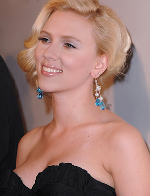 Scarlett Johansson Smiling Pose