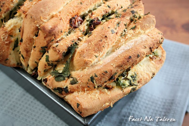 chleb z ziołami, czosnkiem, suszonymi pomidorami i parmezanem