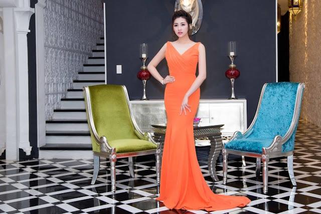 Tú Anh xuất hiện trong bộ váy đuôi cá màu cam nổi bật.