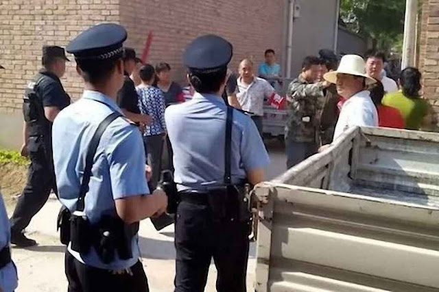 Policiais chegam a Anzhuang (Hebei) para destruir um altar 'clandestino'