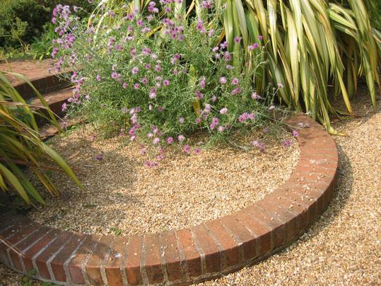 Arte y jardiner a superficies horizontales materiales for Jardines pequenos con ladrillos