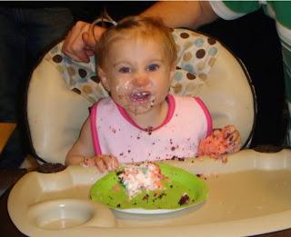 Gambar bayi belepotan kue ulang tahun lucu banget