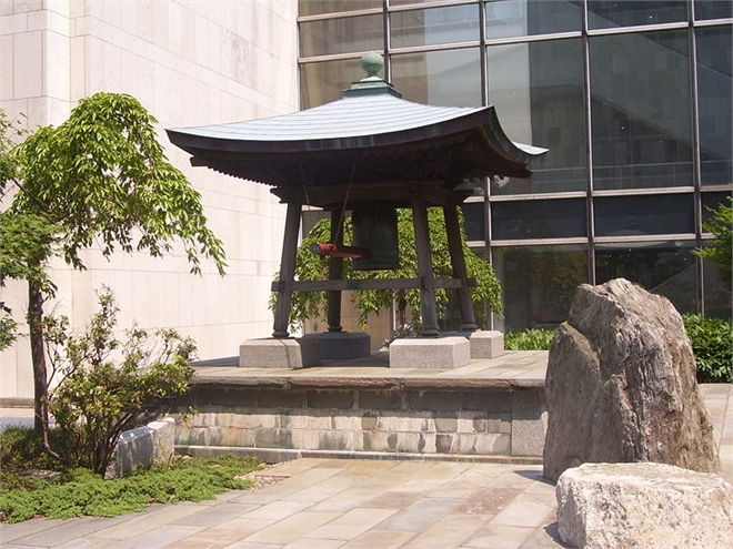 Колокол Мира во дворе штаб-квартиры ООН