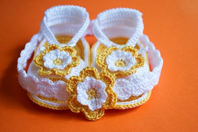 Sandalias amarillas con diadema de ganchillo para bebé