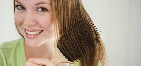 La máscara para los cabellos el yogurt el aceite de bardana y la yema