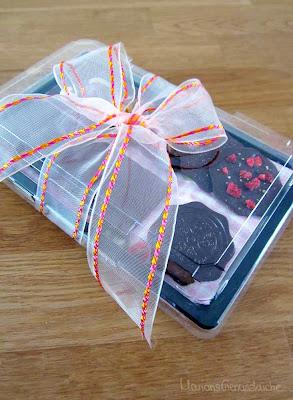 Geschenkpäckchen aus der Küche mit selbstgemachter Schokolade