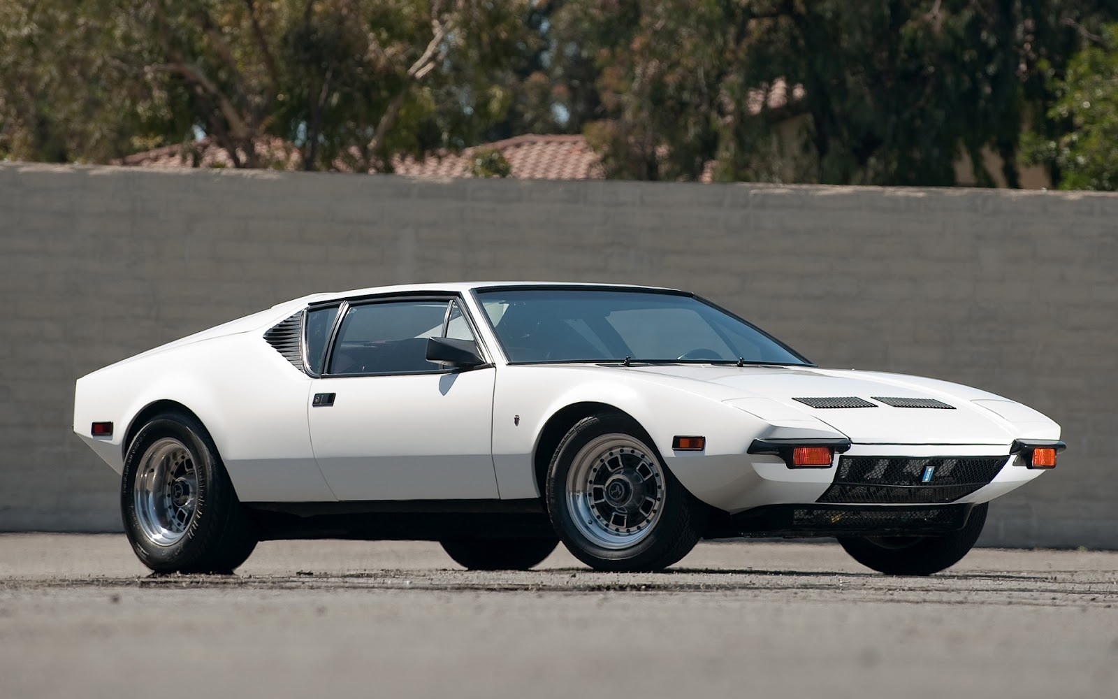 wallpapers of beautiful cars de tomaso pantera. Black Bedroom Furniture Sets. Home Design Ideas