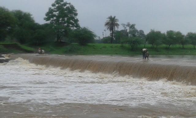 रतलाम में मचा हाहाकार, भारी बारिश के चलते बस्तिया खाली कराई -rain-ratlam-joara-mp-india-2015