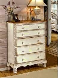 Mueble elegante y actualizado en color blanco y molduras resaltadas en beige con ChalkPaint