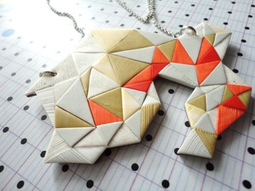 Collar con forma geométrica