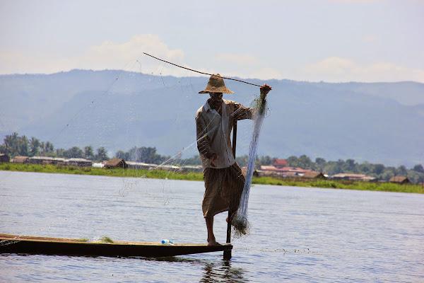 Pescador pescando a red en el Lago Inle