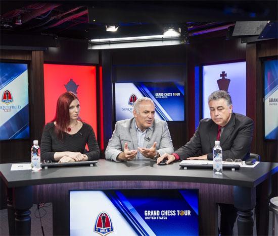 L'ex-champion du monde d'échecs Garry Kasparov commente avec Jennifer Shahade et Yasser Seirawan cette 8e ronde © Lennart Ootes
