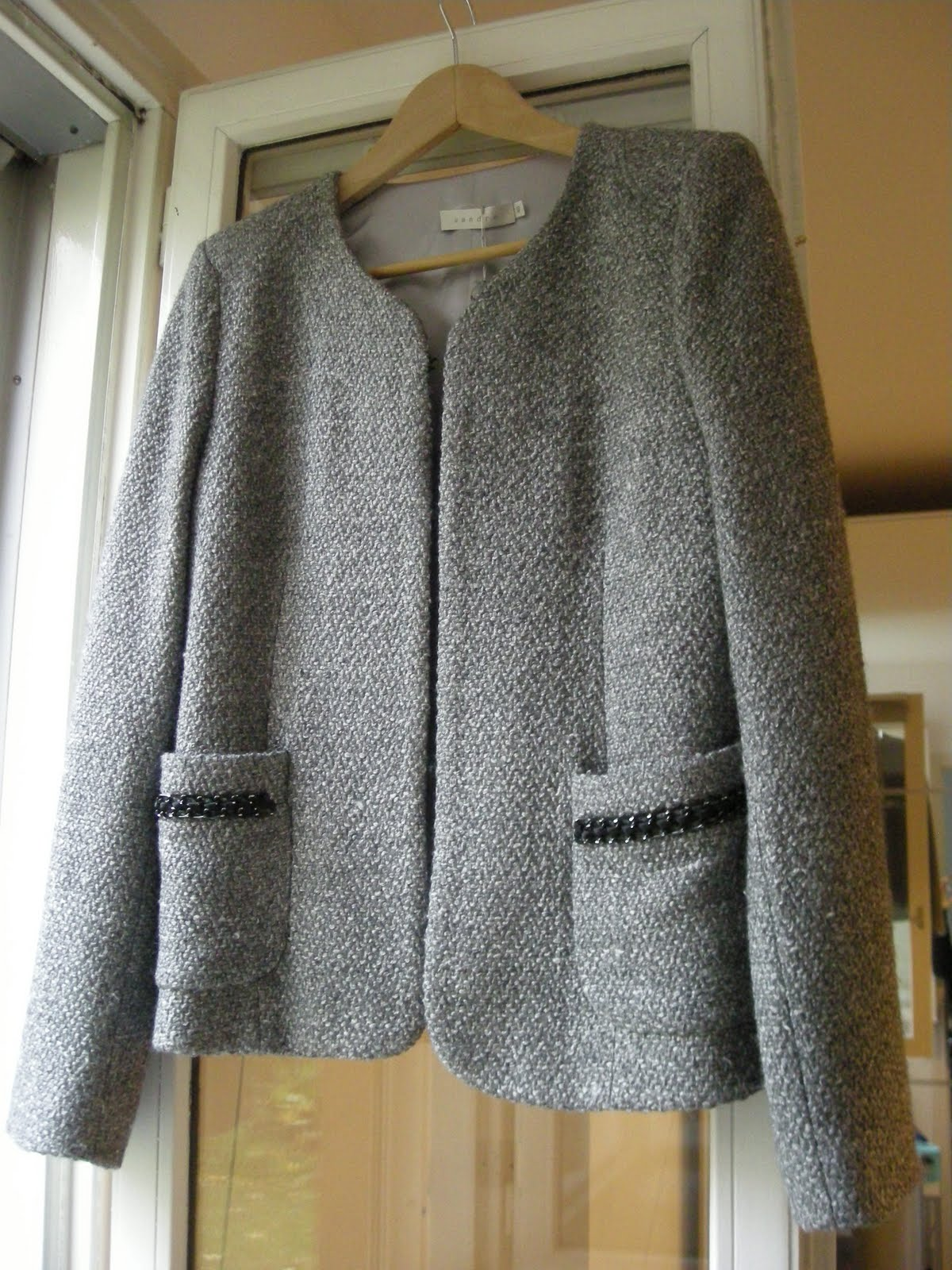 vetement discount vide dressing Flora : SANDRO – Veste costume grise « Chanel » 35% laine - T40 - NEUVE