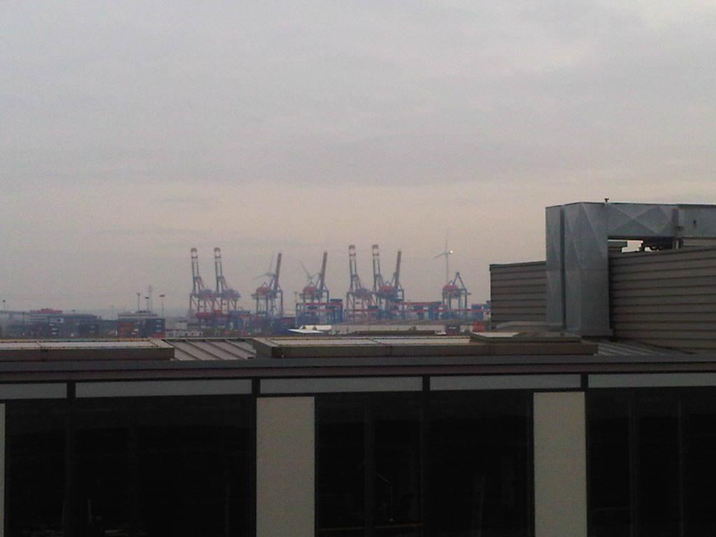 Blick über die Dächer an den Docklands vorbei zu den Kränen im Hafen Hamburg