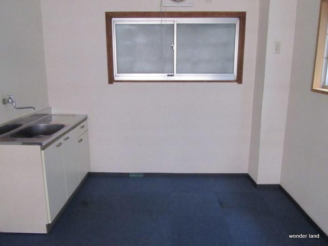 ミニキッチンが設置しており、南側の部屋とは簡易間仕切りで仕切られています。